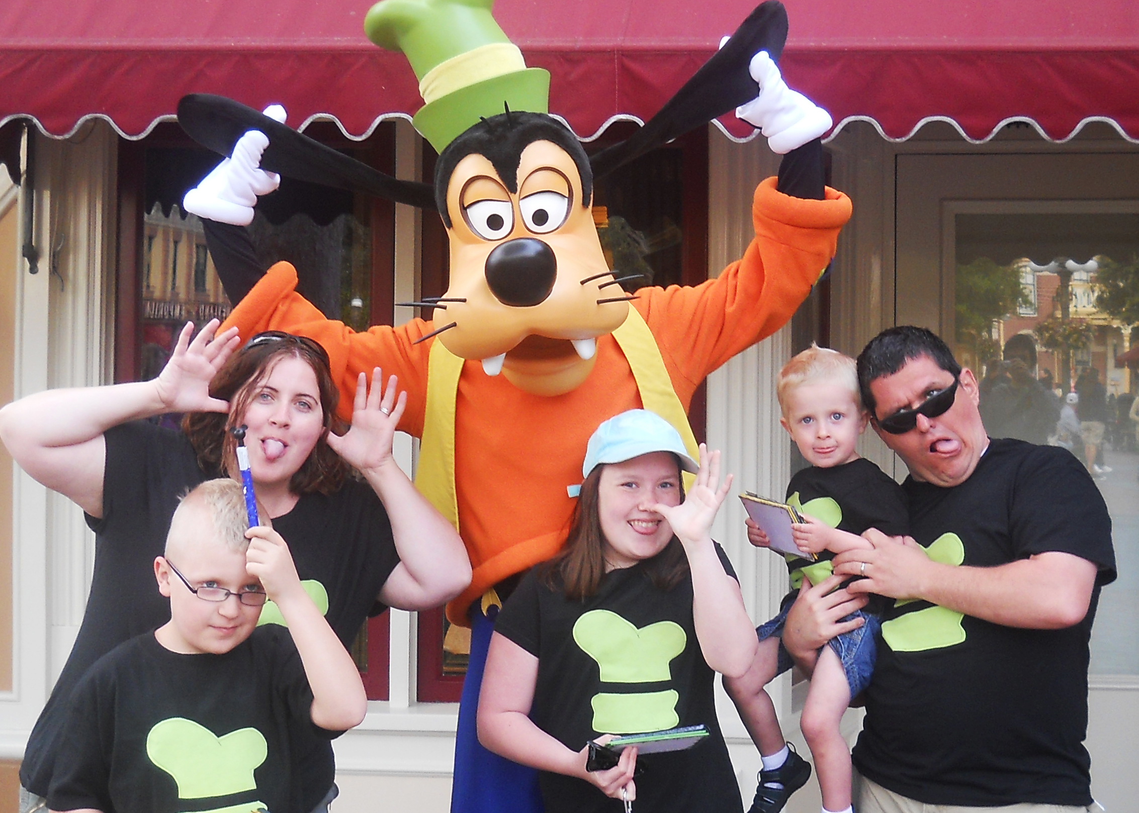 Family with Goofy at Disneyland